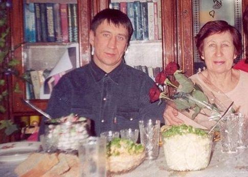 Na Foto: Yuri e sua mãe, Feodosyia Chiatilo, em foto tirada em 2004. Créditos: