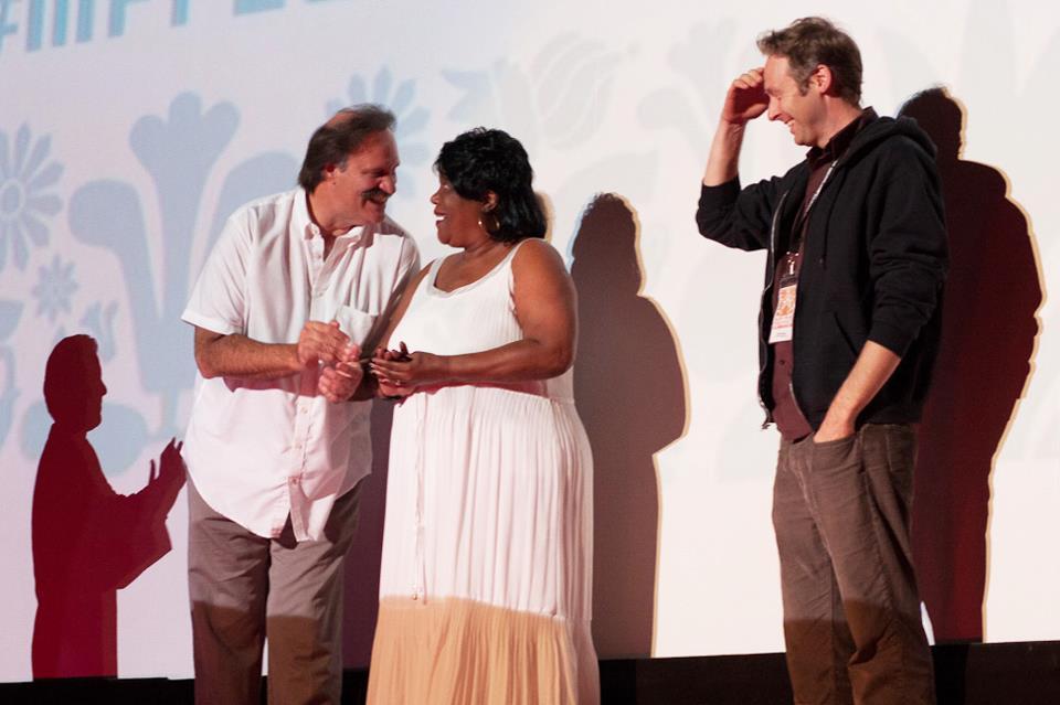 Na foto: Pat Kennedy, Pamela Bass e o ator Andrew Swant. Créditos: Facebook Jeff.