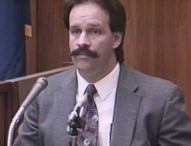 Na Foto: O detetive Patrick Kennedy é fotografado durante o seu testemunho no julgamento de Jeffrey Dahmer em 1992.