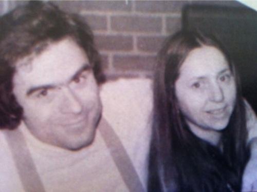Na Foto: Ted Bundy e sua namorada, Meg Anders. Durante 5 anos, Bundy manteve um relacionamento com Meg.