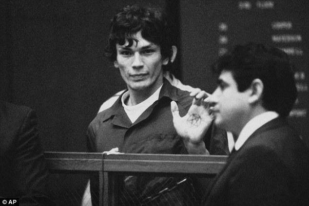 Na Foto: Richard Ramirez é fotografado durante uma das audiências em 1985. Créditos: Associated Press.