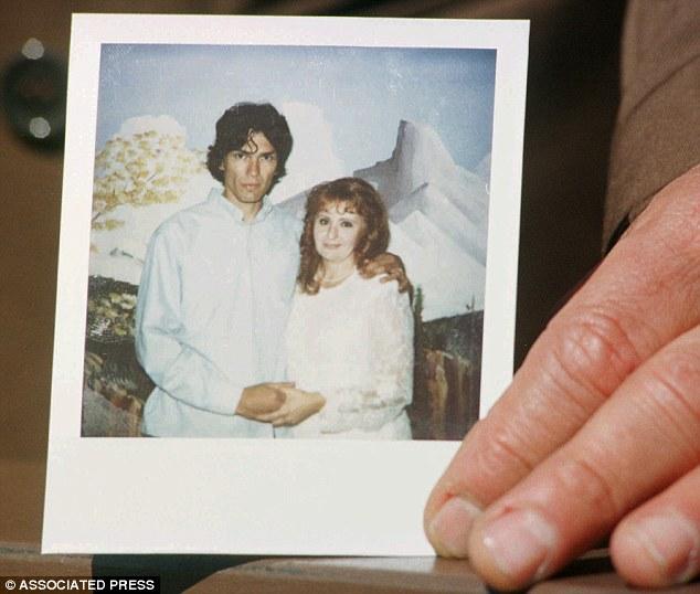 Na Foto: Richard Ramirez e sua esposa, Doreen Lioy, durante o casório em 1996. Créditos: Associated Press.