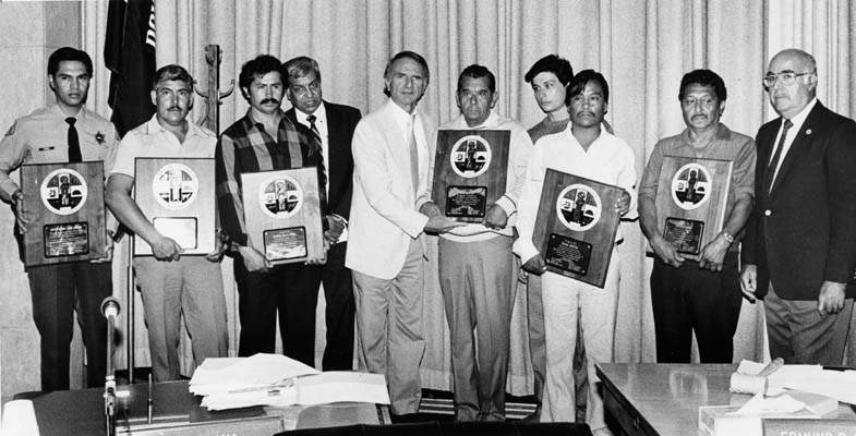 Na Foto: Representante do governo, Ed Edelman, ao centro, concede placas aos cidadãos que capturaram Richard Ramirez.