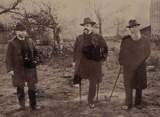 Na foto: Daniel Sickles, ao centro, acompanhado de amigos, no campo da batalha de Gettysburg, após a guerra civil. Créditos: corbis.
