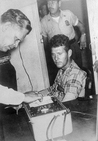 Na foto: O americano Dykes Askew Simmons Jr. durante um teste no polígrafo em 1963. Créditos: Corbis.