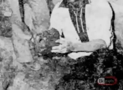 Na Foto: Investigador segura o crânio de uma vítima de Pedro Alonso Lopez. Créditos: Documentário Biography Channel.