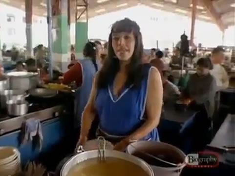 Na Foto: Maria Poveda. Maria ainda trabalha com sua mãe na mesma feira em Ambato, feira a qual, em 1980, o Monstro dos Andes perambulou em busca de vítimas. Créditos: Documentário Biography Channel.