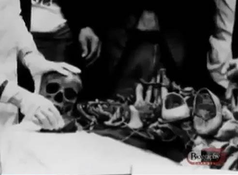 Na Foto: Peritos analisam restos mortais encontrados em uma das covas que Pedro Alonso Lopez descartou suas vítimas. Créditos: Documentário Biography Channel.