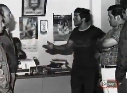 Na Foto: Pedro Alonso Lopez, em 1980, ao lado de investigadores. Ao seu lado, à direita, o detetive Pastor Cordoba Gonzalez. Créditos: Documentário Biography Channel.