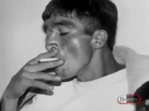 Na Foto: Pedro Alonso Lopez fuma um cigarro durante interrogatório em 1980. Créditos: Documentário Biography Channel.