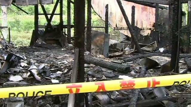 Na foto: A casa queimada de uma das vítimas. Créditos: CNN.