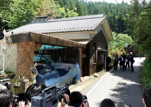 Na foto: A casa do principal suspeito. Nota-se que seus dois carros estão em sua garagem. Créditos: Japan Times.