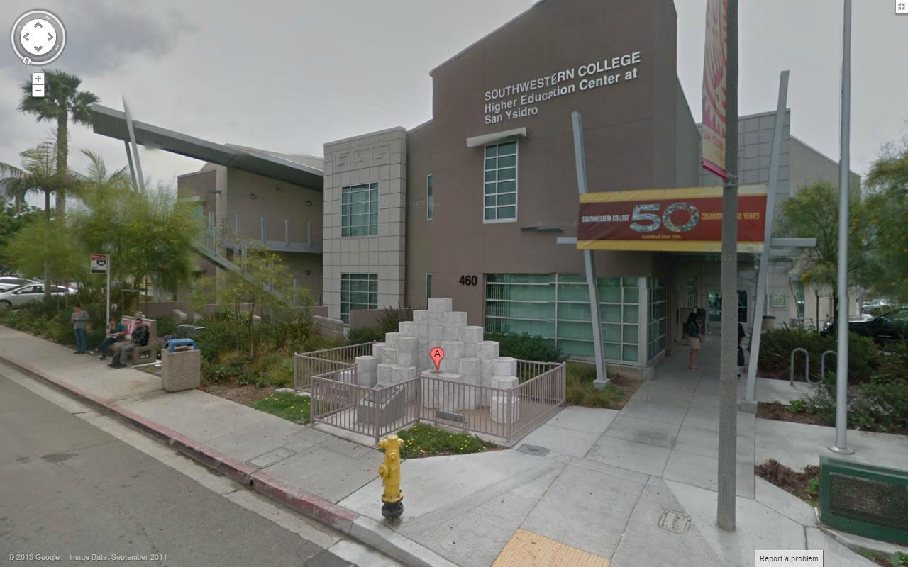 OBS.: Clique na foto para ampliar. Na imagem: O local do Massacre, 460 West San Ysidro Boulevard, San Diego, Califórnia, Estados Unidos. A prefeitura de San Diego construiu uma escola no local. À frente, os 21 blocos de granito representando cada uma das vítimas assassinadas pelo assassino em massa James Huberty. Créditos: Google Street View.