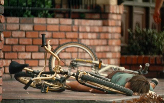 Na foto: Omarr Hernanez 11 anos, morto ao lado de sua bicicleta. Créditos: Corbis.