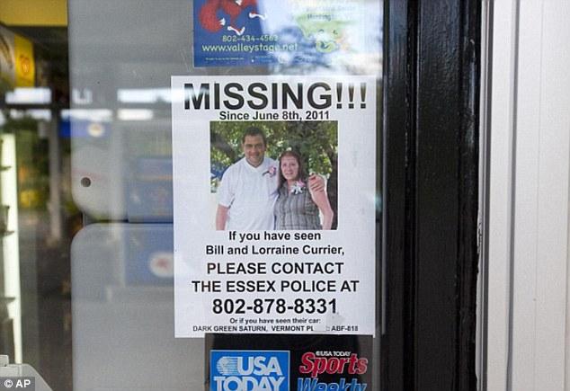 Na foto: Cartaz pregado em porta de uma loja informa o desaparecimento do casal Currier. Créditos: Fox News.