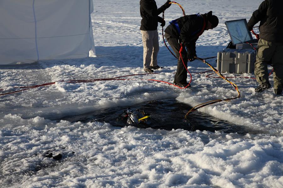 Na foto: Agentes do FBI buscam pelo corpo de Samantha no Lago Matanuska em Anchorage, Alasca. Créditos da imagem: FBI.