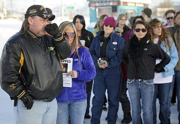 Na foto: Cinco dias após o desapareciment da filha, James Koenig faz um apelo emocionado por informações da filha. Créditos da imagem: Alaskadispatch News.