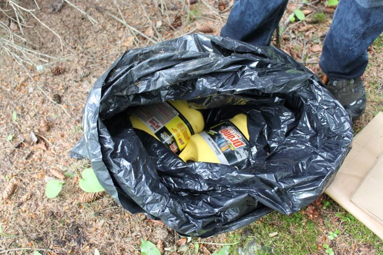 Na foto: Outro kit assassino de Israel Keyes descoberto no Alasca contendo produtos para decompor um corpo. Créditos da imagem: FBI.