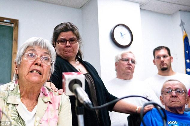 Na foto: Marilynn Chates, mãe de Bill Currier, durante entrevista coletiva anunciando recompensa por informações que levassem ao filho desaparecido. Marilynn só saberia o que acontecera a seu filho 1 ano depois. Créditos da imagem: Associated Press.