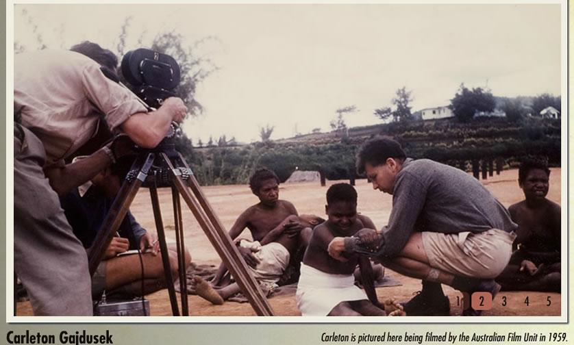 Foto: Carleton ao lado dos nativos Fore durante uma filmagem de um grupo australiano. Créditos: kuru-doco.com