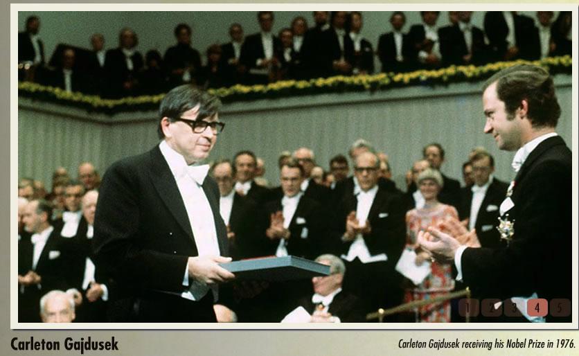 Carleton Gajdusek recebendo o Prêmio Nobel em 1976