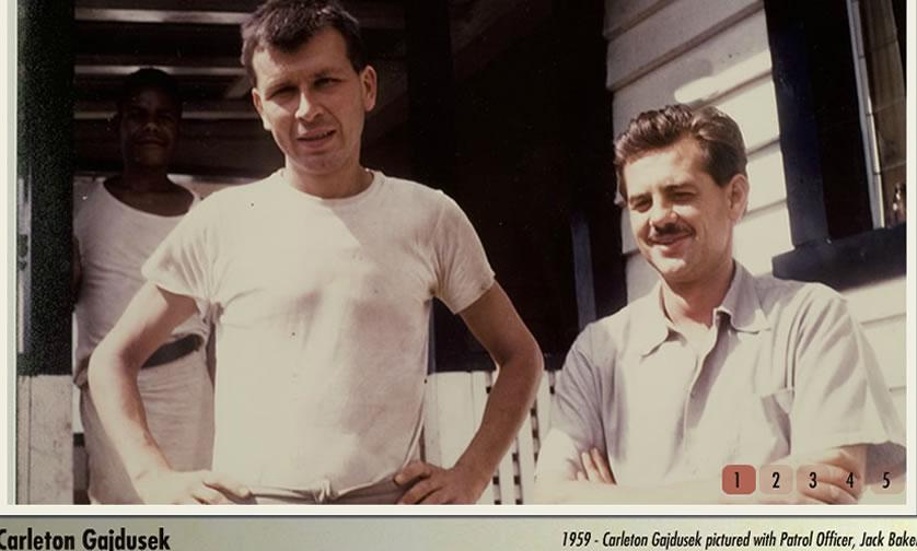 Carleton Gajdusek (esquerda), em foto tirada em 1959.