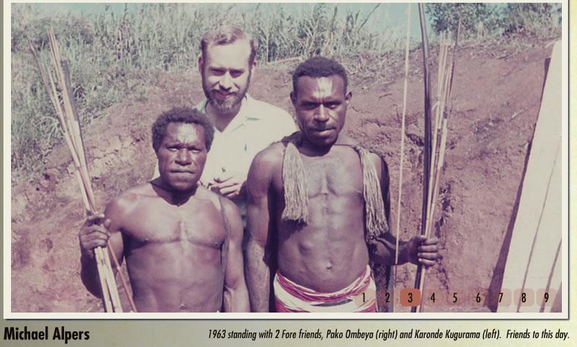 Foto: Michael Alpers e dois nativos Fore, Pako Ombeya e Karonde Kugurama. Data: 1963. Créditos: kuru-doco.com