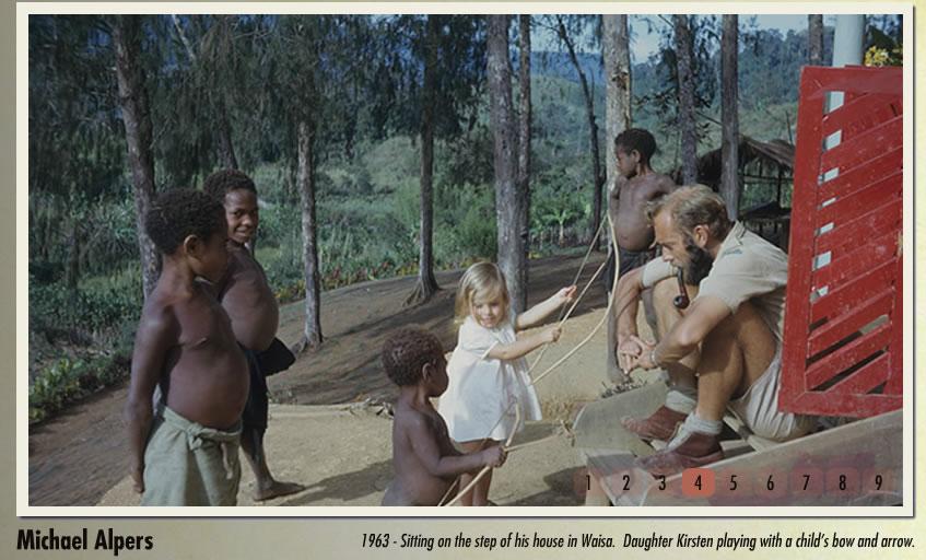 Michael Alpers e sua filha Kirsten na aldeia de Waisa, brincando com crianças Fore.