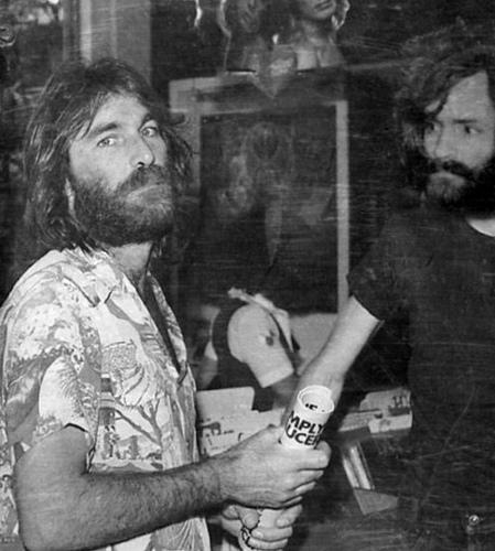 Foto: Imagem mostra Dennis Wilson, baterista dos Beach Boys e Charles Manson.