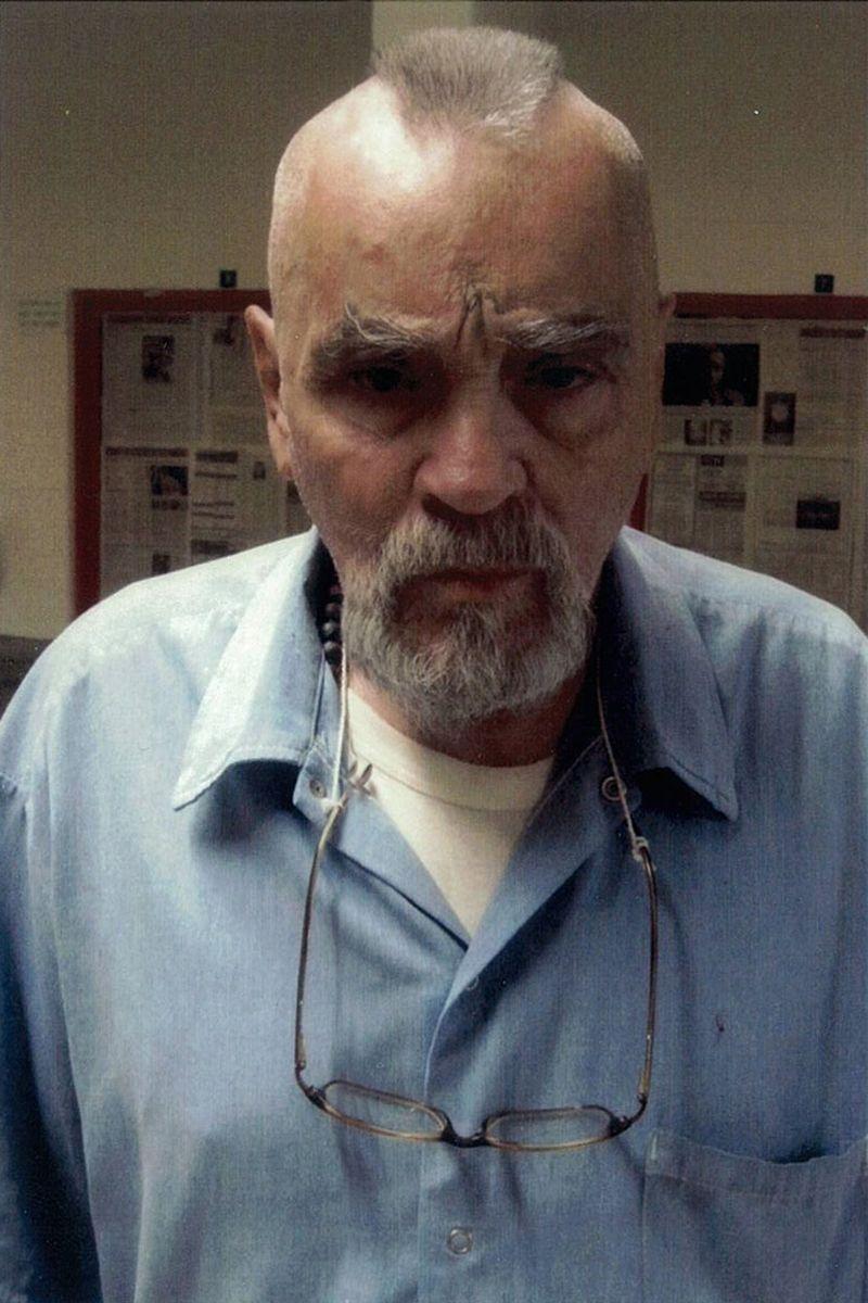 Charles Manson. Aos 79 anos, Manson continua preso na Califórnia. Poderá pedir liberdade condicional em 2025.