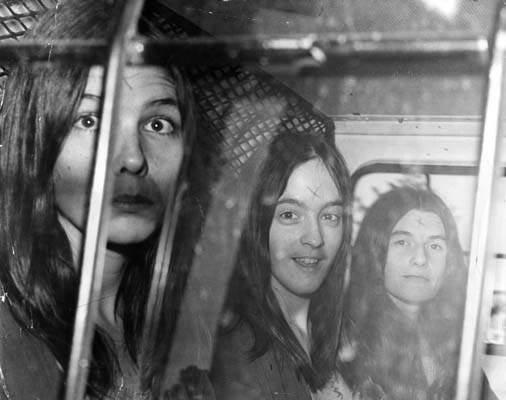 Foto: Três seguidoras de Manson com um X talhado na testa dentro de um carro de polícia. Créditos: Murderpedia.