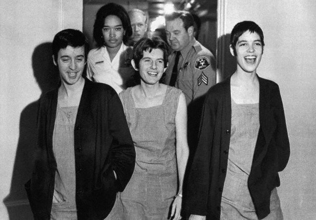 As seguidoras de Charles Manson, Susan Atkins, Patricia Krenwinkel e Leslie Van Houten sorriem ao receberem a pena de morte.