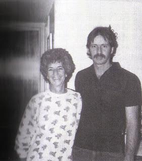 A ex-mulher de Charles Manson, Rosalie Willis, e seu filho Jay White. Jay cometeu suicídio em 1993