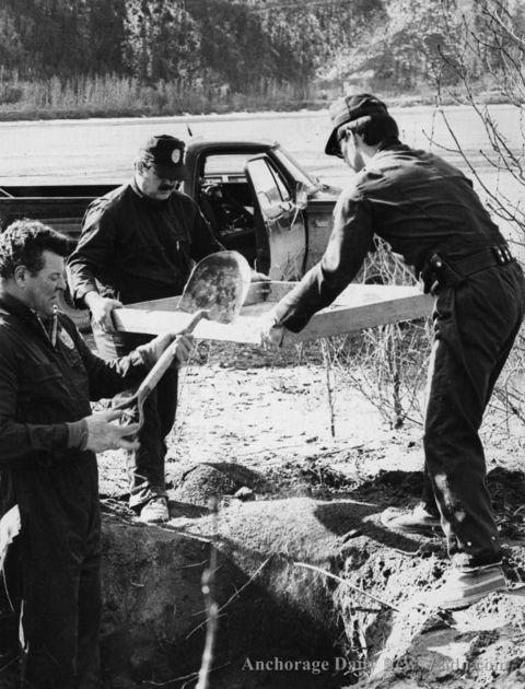 Serial Killers - O Cacador de Humanos - Investigadores procuram fragmentos de corpos - 1984