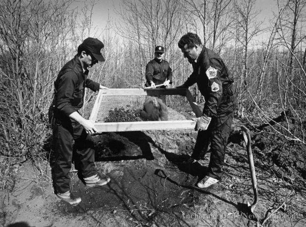 Serial Killers - O Cacador de Humanos -Investigadores procuram fragmentos de corpos - 1984