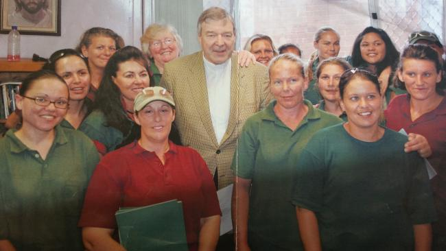 """Foto de 2017 mostra a """"Hanna Lecter da Austrália"""" sorrindo ao fundo com a mão esquerda no ombro do Cardeal George Pell."""