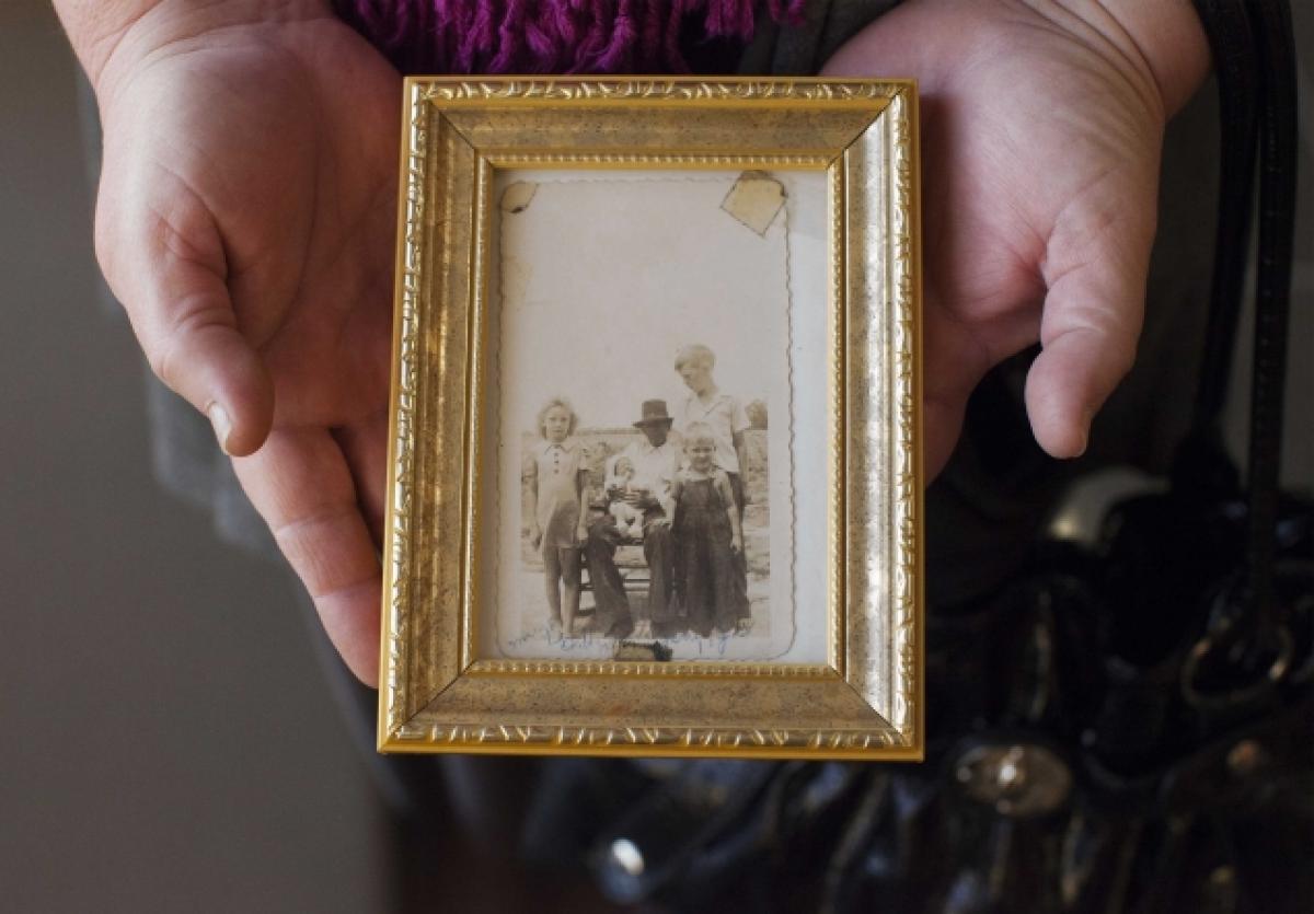 George Stinney - Inocente om Assassino Brutal - Familiar segura foto de sua família com Mary Emma Thames.