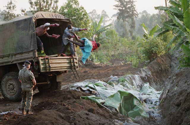Horror - 20 Anos do Genocídio em Ruanda - Corpo sendo jogado