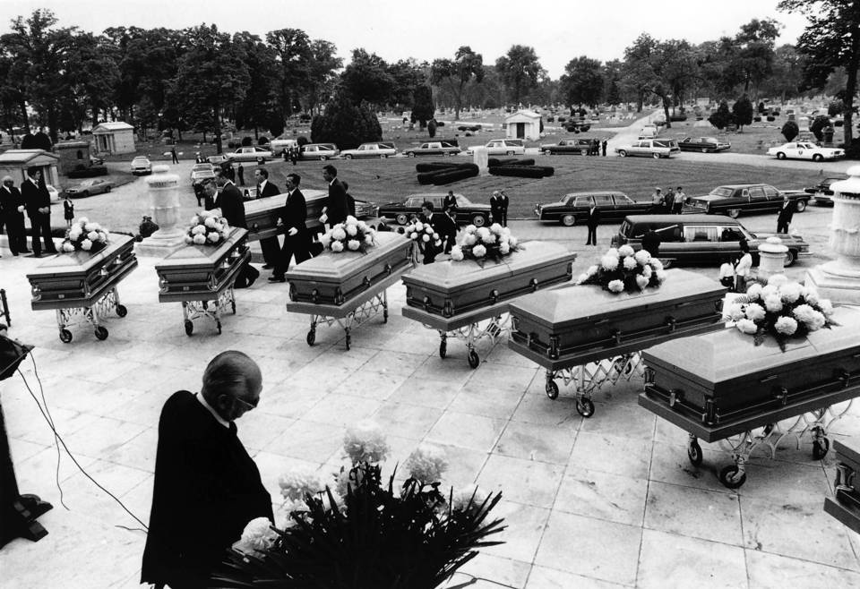 20 Anos da Execução de John Wayne Gacy, o Palhaço Assassino - Enterro