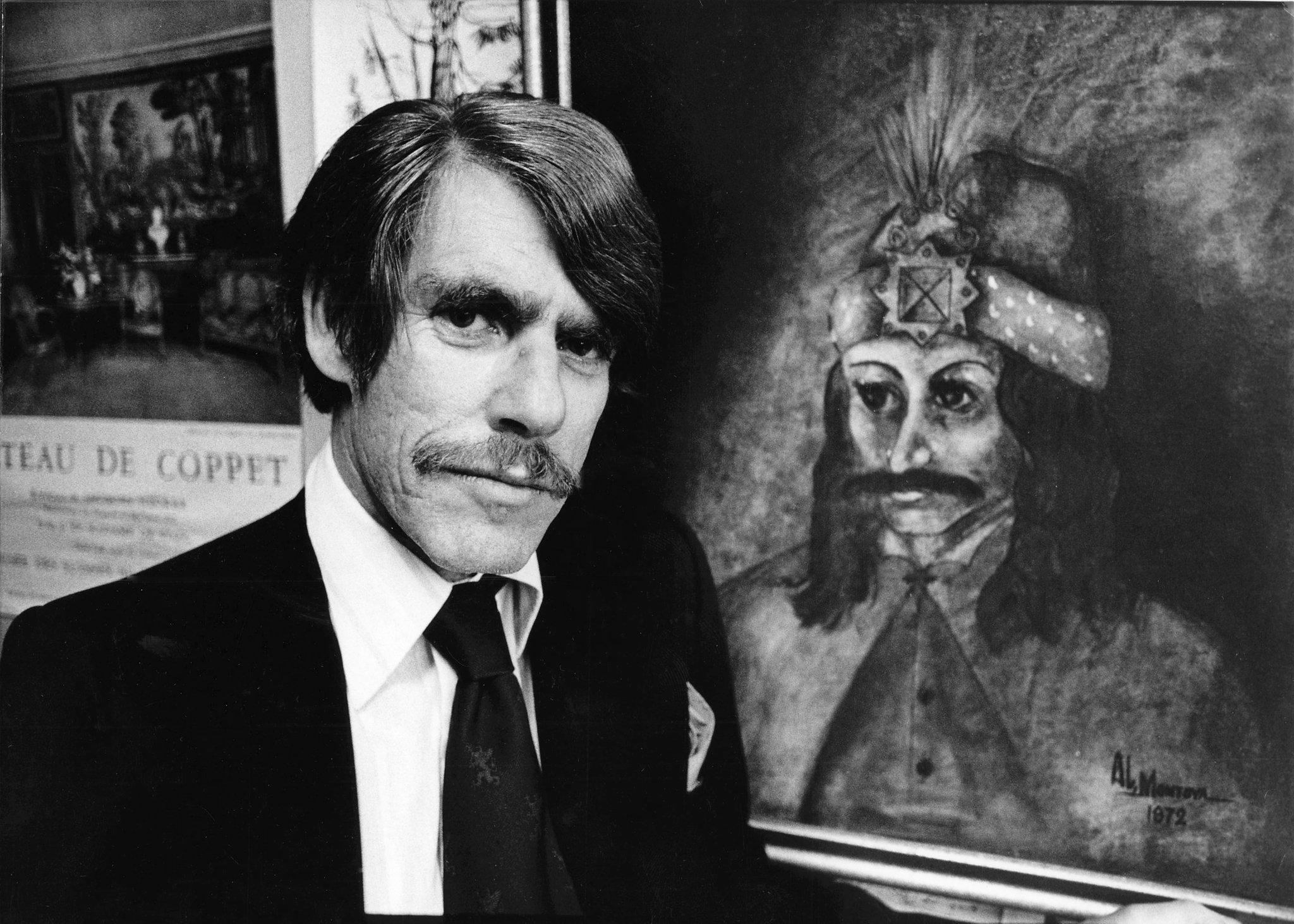 Na foto: O professor e historiador Radu Florescu em 1975 ao lado de um retrato de Vlad Drácula.