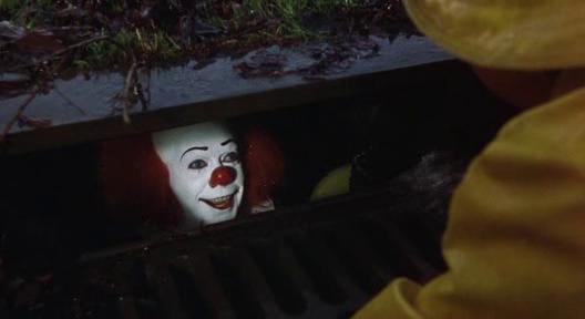 Na foto: Essa talvez seja a mais famosa cena do filme. A Coisa em forma de palhaço dentro de um bueiro atraindo o pequeno Georgie para a morte.