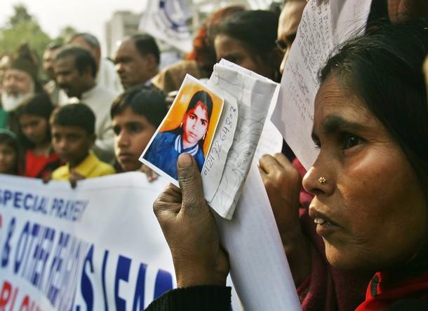 Na foto: Parentes de crianças desaparecidas seguram suas fotografias durante um protesto em 9 de Janeiro de 2007, em Noida.