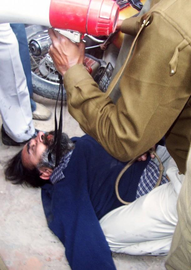Na foto: Moninder Pandher passa mal após ser atacado por uma multidão ao do Tribulan de Ghaziabad, subúrbio de Nova Deli, em 25 de Janeiro de 2007. Créditos: AFP.