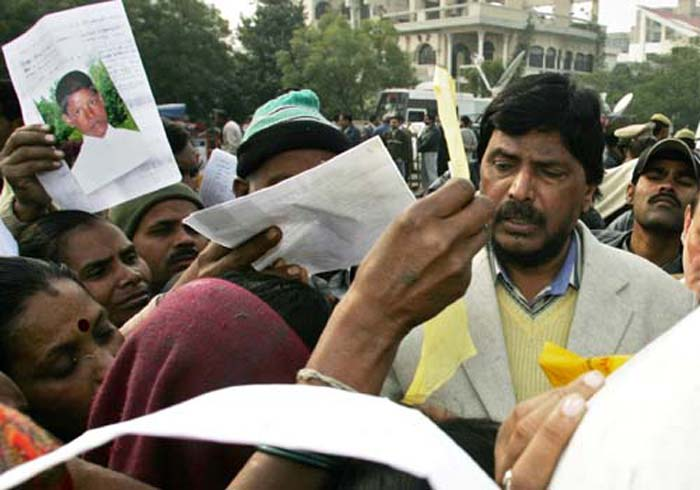 Líder do Partido Republicano da Índia, Ramdas Athvale, escuta as queixas dos parentes de crianças desaparecidas de Noida durante o protesto de 9 de Janeiro de 2007. Créditos: Associated France Presse.