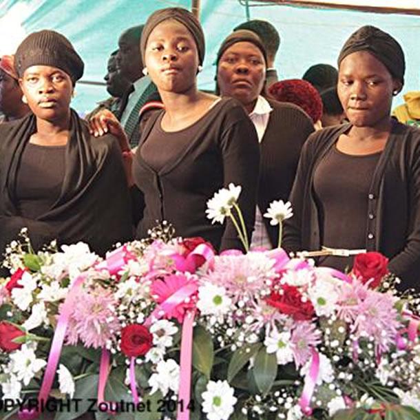 Na foto: A irmã mais nova de Brenda, Cynthia Ndobe, seus filhos, Rudzani, Muhuliseni e Vhahangwele, fotografados em frente ao caixão. Créditos: Zoutnet.