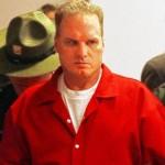 Spree killer confesso é conduzido a novas instalações para testes psiquiátricos