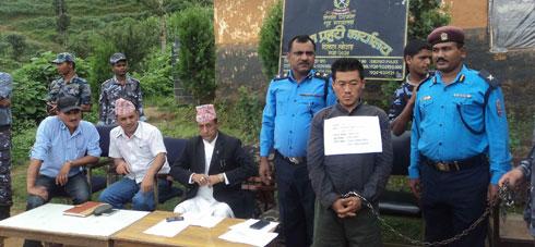 Na foto: Polícia do Nepal apresenta durante coletiva o serial killer Gayendra Rai, acusado do assassinato de quatro mulheres. Créditos: My Republica.