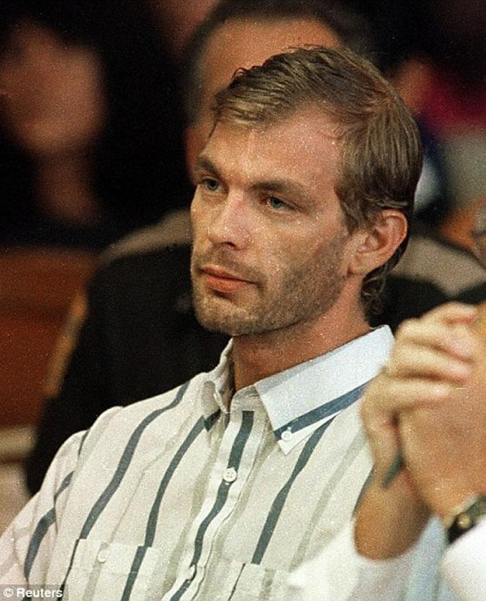 Na foto: O serial killer Jeffrey Dahmer durante sua primeira aparição pública após sua prisão. Data: 25 de Julho de 1991. Créditos: Reuters.