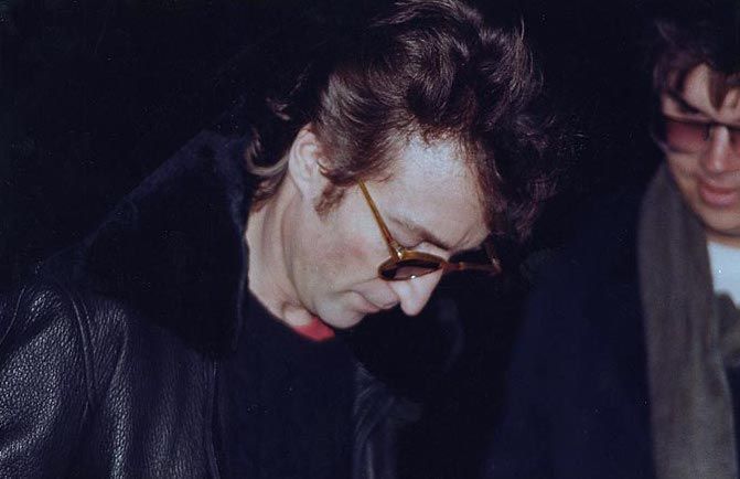 """Na foto: John Lennon autografa o álbum """"Double Fantasy"""" para Mark David Chapman, seu futuro assassino, seis horas antes do assassinato. Reprodução Internet."""