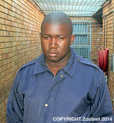 """Na foto: Ndivhuho Ntsieni, o serial killer """"de Univen"""", durante audiência no tribunal de Thohoyandou Golgotha em julho de 2014. Créditos: Zoutnet."""